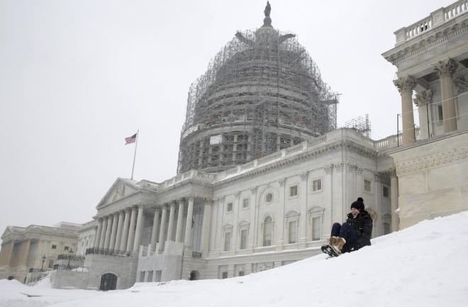 Một người phụ nữ chơi trượt tuyết gầntòa nhà quốc hội Mỹ. (Ảnh: Reuters)
