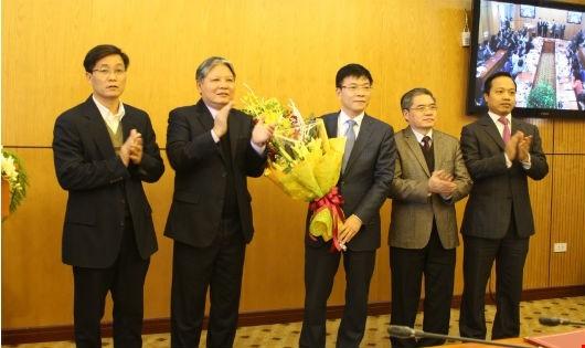 Bộ trưởng Hà Hùng Cường chúc mừng thứ trưởngLê Thành Long.