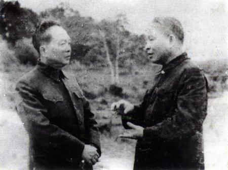 Bộ trưởng Quốc phòng Võ Nguyên Giáp trao đổi với Bộ trưởng Công an Trần Quốc Hoàn trước khi về tiếp quản Thủ đô năm 1954.
