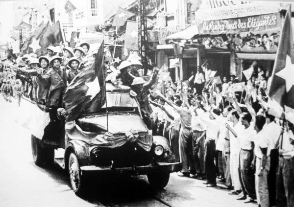 Người dân đón chào bộ đội giải phóng Thủ đô sáng 10/10/1954.