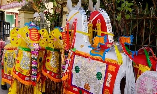 Những con ngựa giấy chờ đợi làm lễ.