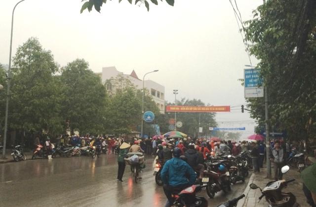 Giao thông tê liệt nhiều giờ vì người dân đứng tràn ra đường