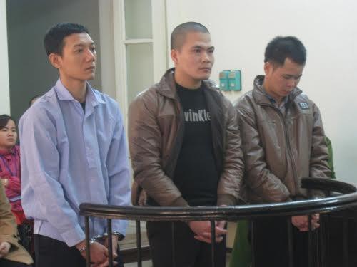 Ba bị cáo trước vành móng ngựa.