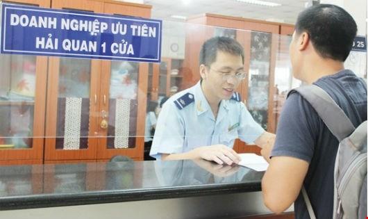 Cán bộ Hải quan hướng dẫn doanh nghiệp khai hồ sơ.