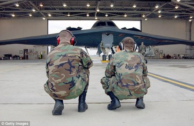 Máy bay B-2 đượctrang bị bom thông thường và bom hạt nhân.