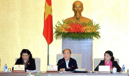 Chủ tịch Quốc hội Nguyễn Sinh Hùng phát biểu tại phiên họp.