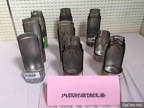 Hình ảnh cho thấy lớp giữ nhiệt chứa hóa chất độc hại bên trong các loại bình giữ nhiệt của Trung Quốc.