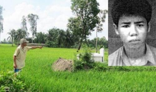Người thân của nạn nhân chỉ lại hiện trường mà Lê Văn Tấn (ảnh nhỏ, do công an cung cấp) gây án hồi năm 1997. Ảnh:A.X