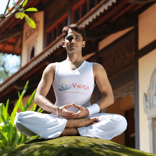 """ÔngMaster Vishwa, HLV hướng dẫn và trực tiếp tham gia vào hành trình chinh phục """"Bài tập Yoga có thời gian dài nhất"""" thế giới."""