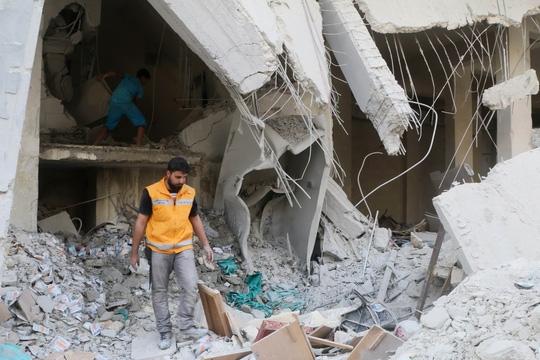 Cảnh tượng đổ nát sau một vụ không kích ở ngoại ô Aleppo hôm 30/4.(Ảnh: Reuters)