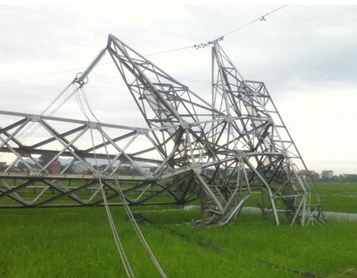 Cột truyền tải đường dây 500 kV bị đổ gục hôm 22/4 (ảnh: Anh Minh)