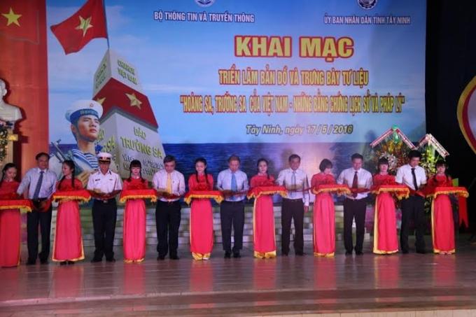 Buổi triển lãmbản đồ và trưng bày tư liệu về Hoàng Sa, Trường Sa của Việt Nam.