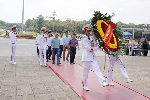 Ban tổ chức Cúp bóng đá Tứ hùng tháng 5 dâng hương, viếng Lăng Bác trước khi vào giải.