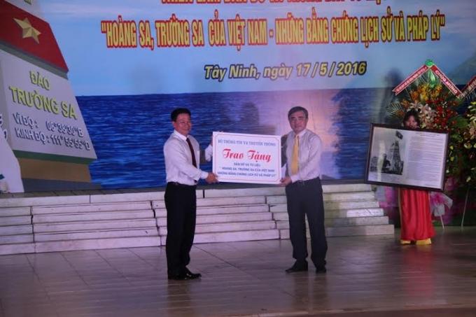 Thứ trưởng Bộ TT&TT Nguyễn Minh Hồng (phải) dự khai mạc triển lãm và trao tặng bản đồ, tư liệu chủ quyền cho tỉnh Tây Ninh.