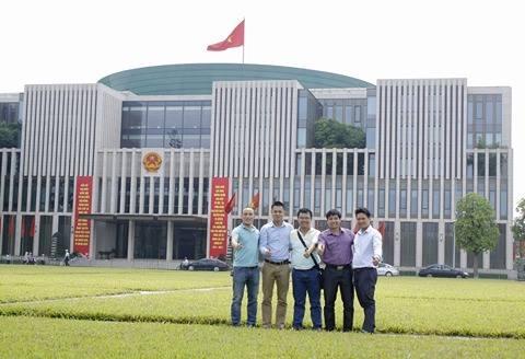Các thành viên Ban tổ chức Cúp bóng đá Tứ hùng tháng 5 chụp ảnh lưu niệm tại Ba Đình - Hà Nội.