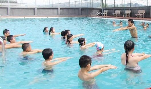 Trẻ cần học kỹ năng bơi.