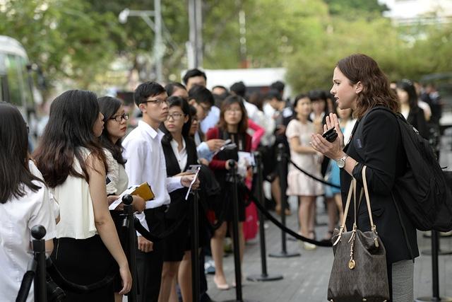 Các bạn trẻ xếp thành hàng trước Trung tâm hội nghị GME. (Ảnh: Dân tri)