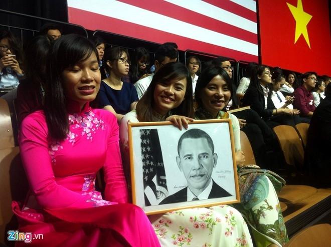 Các bạn trẻ háo hức chờ đón bài phát biểu của Tổng thống Mỹ. (Ảnh: Zing.vn)