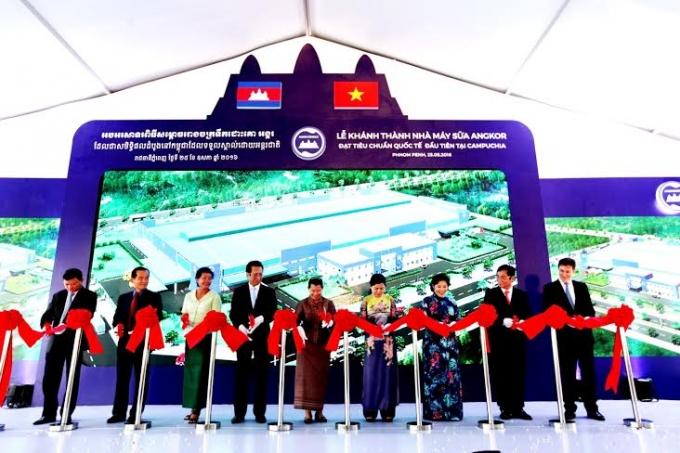 Bà Men Sam On, Phó Thủ tướng Chính phủ Campuchia cùng lãnh đạo nhiều cơ quan, ban ngành của Campuchia và Việt Nam cắt băng khánh thành nhà máy sữa Angkor - nhà máy sữa chuẩn quốc tế đầu tiên và duy nhất tại Campuchia.
