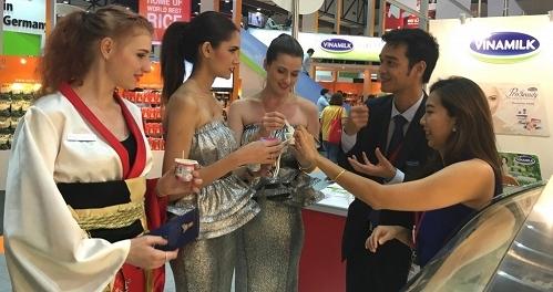 Khách tham quan được dùng thử các sản phẩm sữa chua Vinamilk và tỏ thích thú, đánh giá cao về chất lượng các mặt hàng được trưng bày tại hội chợ Thaiflex lần này.