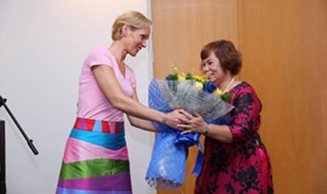 Bà Phan Thị Hạnh nhận danh hiệu giải thưởng từ Đại sứ Thụy Điển Camilla Mellander.