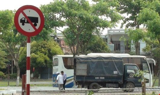 Hàng rào chông nhọn, dây điện gây nguy hiểm và các ô tô 30- 45 chỗ, xe tải đậu đỗ sai quy định.