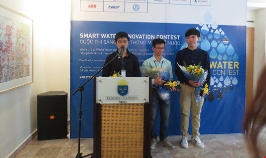 Nhóm bạn sinh viên nhận Giải thưởng Sáng kiến về nước.