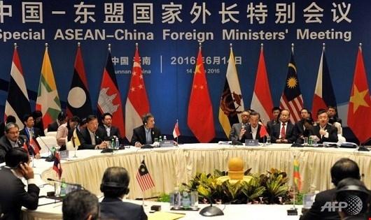 Các Ngoại trưởng ASEAN – Trung Quốc tại cuộc họp.