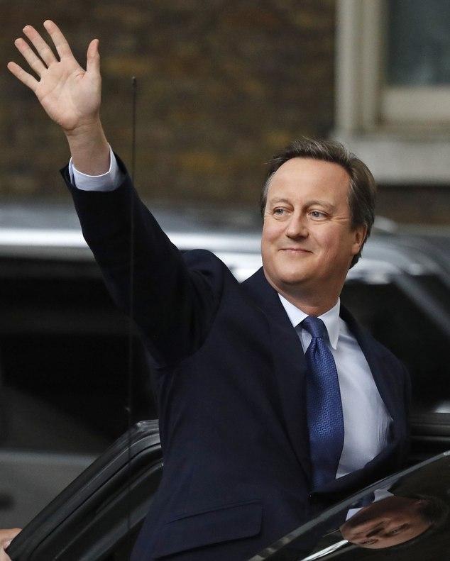 Ông Cameron vẫy tay chào người dân Anh đứng bên ngoài dinh thủ tướng. (Ảnh: Dailymail)