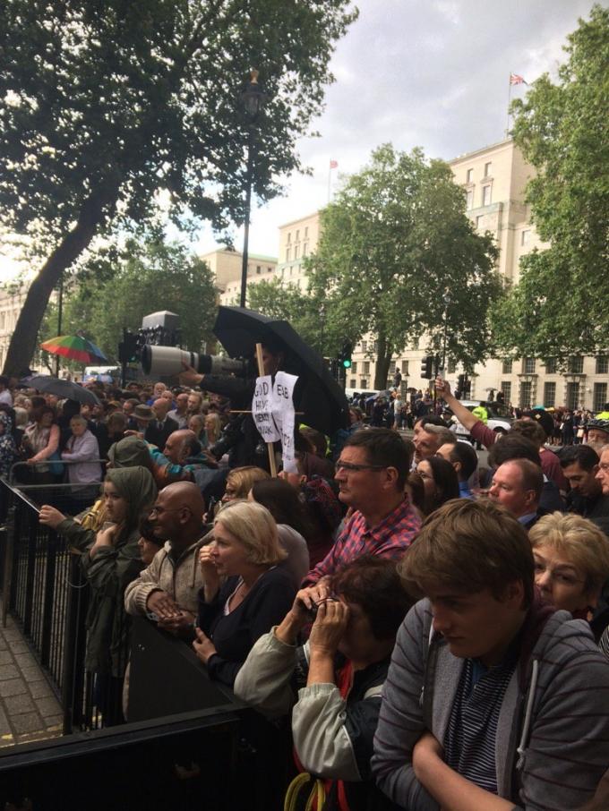 Rất đông người dân Anh đã tập trung trước dinh thủ tướng để nghe bài phát biểu này và nói lời chào tạm biệt với gia đình thủ tướng.