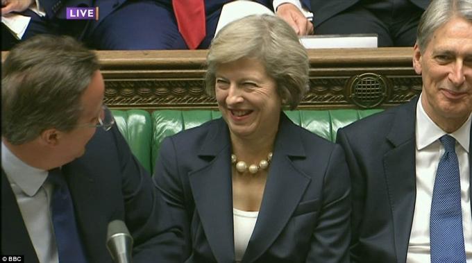Ông Cameron và bà Theresa Maynói chuyện vui vẻ cùng nhau. (Ảnh: BBC)