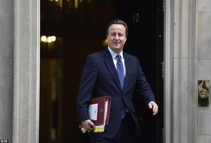 Kết thúc cuộc họp cuối cùng, ông Cameron rời dinh thủ tướng tới Cung điện Buckingham để nộp đơn từ chức cho Nữ hoàng Anh (Ảnh: PA)