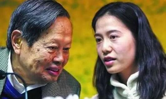 Dương Chấn Ninh và cô vợ trẻ hơn ông 54 tuổi.