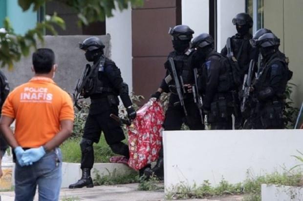 Cảnh sát Indonesia khám nhà các nghi phạm vừa bị bắt giữ.