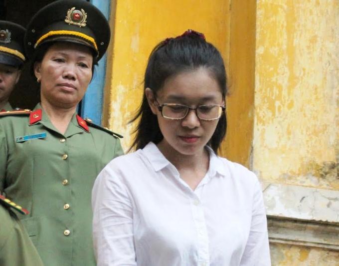 Bị cáo Dung bị dẫn giải sau phiên tòa.