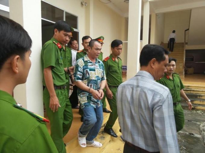 Nguyễn Thanh Khương được lực lượng công an đưa về trại giam.