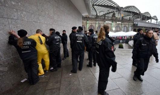 Cảnh sát bắt giữ nhiều người trong lễ kỷ niệm Weiberfastnacht ngày 4/2 tại Cologne, Đức. (Nguồn: Getty Images)