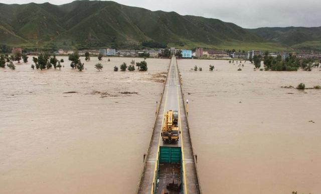 Trận lũ lụt lịch sử ở Triều Tiên được cho là khiến hàng trăm người thiệt mạng hoặc mất tích, và khiến hàng chục nghìn ngôi nhà bị hư hại. (Ảnh: AFP)