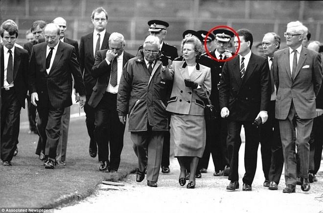 Thủ tướng Anh Margaret Thatcher thị sát hiện trường, sỹ quan Duckefield trong ô tròn.