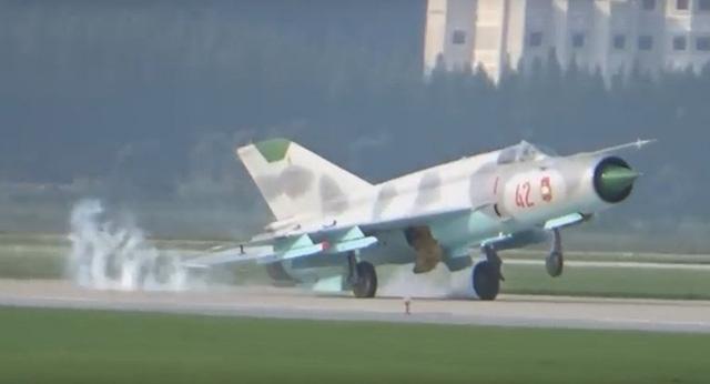 Màn tiếp đất vụng về của máy bay Mig-21 tại triển lãm hàng không Triều Tiên hồi tháng 9. (Ảnh: Sputnik)