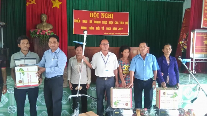 Các hộ đồng bào dân tộc thiểu số nghèo nhận công cụ và nông cụ sản xuất.