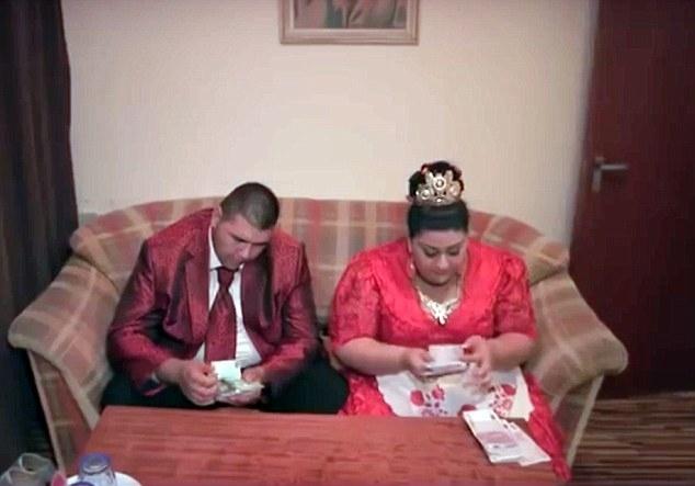 """Trong video quay lại lễ cưới cũng có một cảnh tượng """"vô cùng ngọt ngào"""" đó là khi cô dâu và chú rể ở phòng riêng vui vẻ đếm tiền mừng cưới. (Ảnh: Dailymail)"""