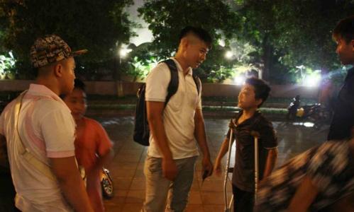 Do Duy Vi cùng trẻ em đường phố ở Hà Nội. (Ảnh:Maeve McClenaghan)