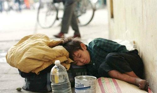 Trẻ vô gia cư ngủ trên đường phố Hà Nội. (Ảnh:Reuters)