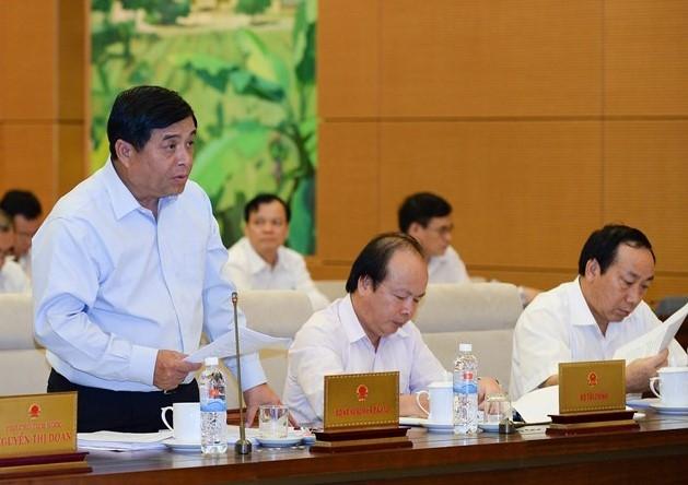 Bộ trưởng Bộ Kế hoạch và Đầu tư Nguyễn Chí Dũng đọc tờ trình.