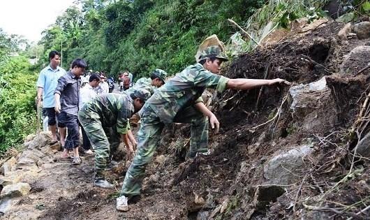 Bộ đội Biên phòng làm đường giúp dân.