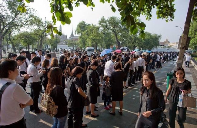 Dân Thái Lan xếp hàng đón linh cữu nhà vua Bhumibol