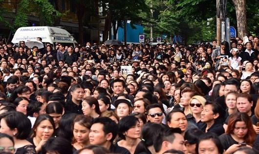 Hàng ngàn người dân Thái xếp hàng chờ đón xe chở Linh cữuVua Bhumibol Adulyadej đi qua.