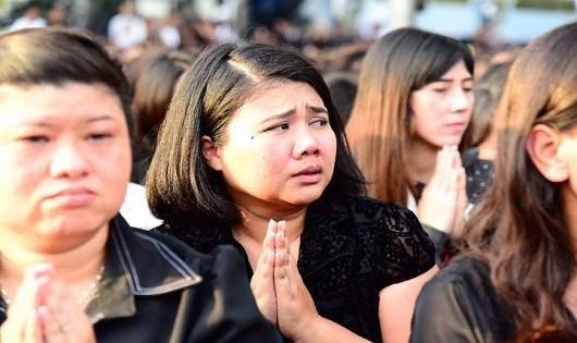 Nhiều người đã bật khóc nức nở khi chiếc xe chở linh cữu của Vua Bhumibol xuất hiện.