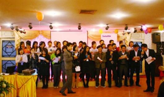 """Nhân viên Deloitte Việt Nam trong bữa tiệc """"Chia tay mùa bận rộn"""", một nét văn hóa riêng không phải DN nào cũng có."""